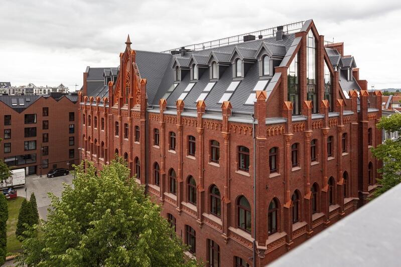 Widok na dawną Naddyrekcję Poczty Królewskiej w Gdańsku (dziś Urząd Pracy) z dachu dawnego Gimnazjum Gdańskiego (dziś Wydział Geodezji UMG)