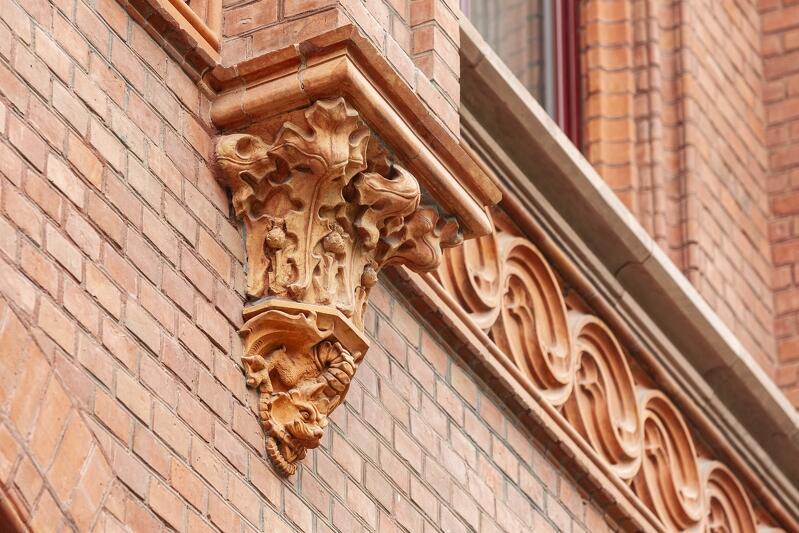 Detal z wyremontowanej fasady dawnej Naddyrekcji Poczty (dziś Gdański Urząd Pracy) przy Lastadii