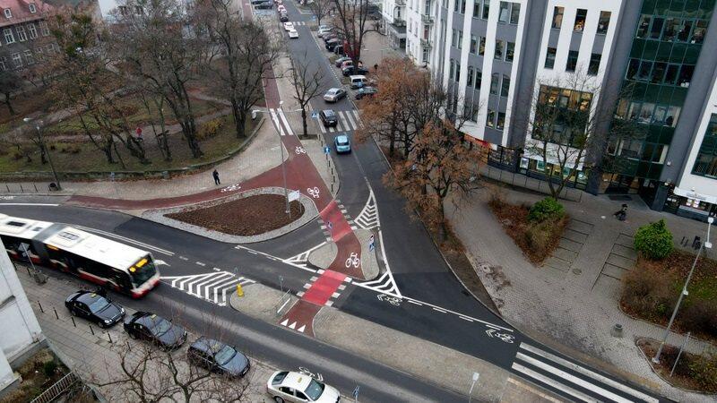 Droga rowerowa wzdłuż ul. Dmowskiego w Gdańsku, widok na skrzyżowanie tej ulicy z ul. Dworcową