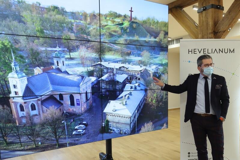 Paweł Golak, dyrektor Hevelianum, prezentuje koncepcję rewitalizacji zespołu budynków Bożego Ciała, które są widoczne na ekranie - w tle znajduje się Góra Gradowa z charakterystycznym krzyżem na szczycie