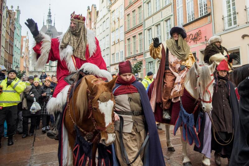 Orszak Trzech Króli w Gdańsku, który co roku 6 stycznia jednoczył tysiące gdańszczan i mieszkańców Trójmiasta w barwnym pochodzie, w tym roku niestety odbędzie się online. Powodem są względy bezpieczeństwa i obostrzenia wynikające z pandemii covid-19