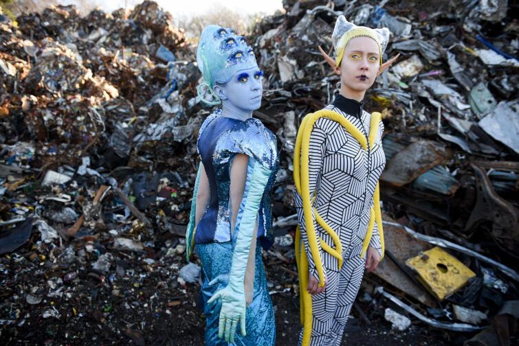 """""""Kosmici"""" w Teatrze Miniatura to zabawna opowieść dla całych rodzin, która zachwyca tempem i kostiumami"""