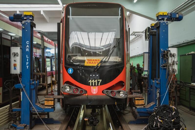 Tramwaj N8C podczas modernizacji na warsztacie w zajezdni GAiT przy ul. Wita Stwosza, zdjęcie archiwalne z września 2018 roku