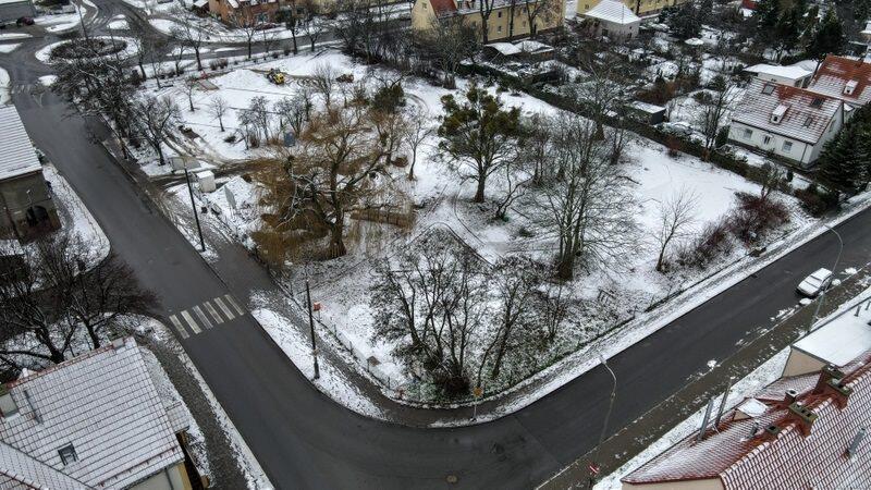 Na skwerze przy ul. Styp-Rekowskiego obecnie budowany jest chodnik oraz ścieżki spacerowe dla pieszych