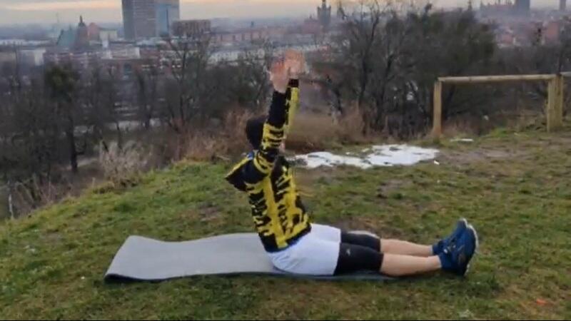 Jedno z ćwiczeń: Ręce wysoko do góry, nogi wyciągnięte prosto a potem ...