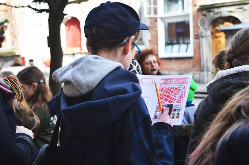 Gdańskie Miniatur to cykl spacerów, podczas których młodzież i dzieci mogą rozwiązywać ciekawe zagadki i poznawać interesujące historie dotyczące własnego miasta