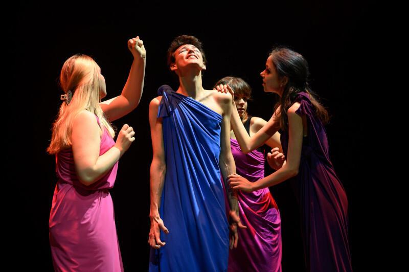 """Teatr """"Prawie Lucki"""" tworzą uczniowie i absolwenci I LO w Wejherowie. Pod kierownictwem reżyser Magdaleny Bochan-Jachimek przygotowali w ramach projektu Teatralny Pasjans spektakl """"Odyseja"""" na podstawie eposu Homera"""