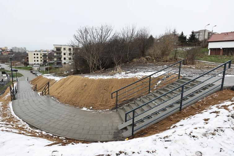 Inwestycja zakładała budowę schodów łączących dwa odcinki ulicy Kadmowej: dolny - od strony ul. Małomiejskiej zgórnym - biegnącym od ul. Platynowej