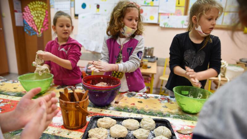 Wśród zajęć są warsztaty kulinarne. Dzieci nauczyły się m.in. piec bułki