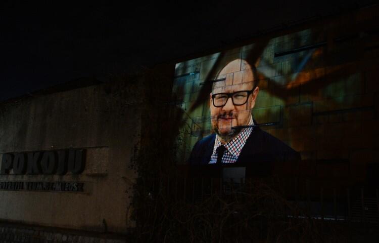 Wystawa na fasadzie budynku ECS pojawi się również jutro po zmroku, w dzień śmierci prezydenta
