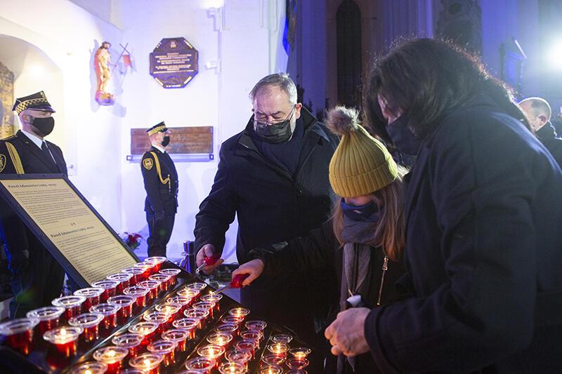 Przed urną prezydenta w Bazylice Mariackiej - Piotr Adamowicz, Teresa Adamowicz i prezydent Aleksandra Dulkiewicz
