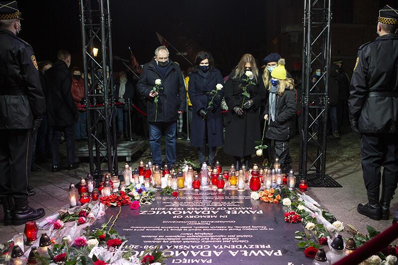 Uroczystość przy Złotej Bramie. Kwiaty na pamiątkowej płycie składają: Piotr Adamowicz, prezydent Gdańska Aleksandra Dulkiewicz oraz Teresa i Magdalena Adamowicz - córka i żona zamordowanego prezydenta