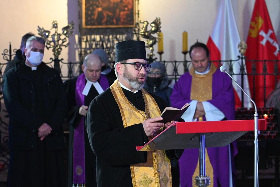 Kapłani różnych wyznań w trakcie modlitwy ekumenicznej w intencji Pawła Adamowicza