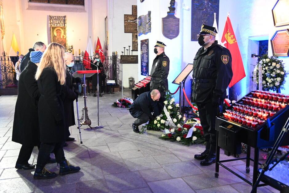 Przed urną z prochami prezydenta Pawła Adamowicza