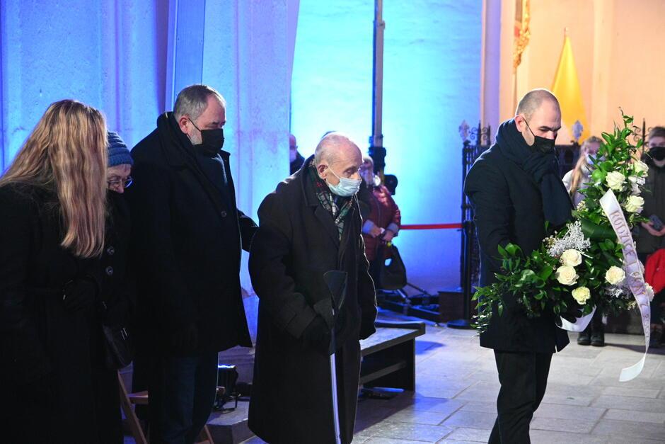 W czwartkowej mszy świętej uczestniczyli bliscy zamordowanego prezydenta. Od lewej: córka Antonina Adamowicz, 94-letni ojciec - Ryszard Adamowicz, brat Piotr Adamowicz i bratanek Paweł Adamowicz
