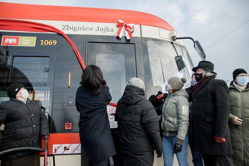 Moment uroczystego nadania imienia nowemu tramwajowi