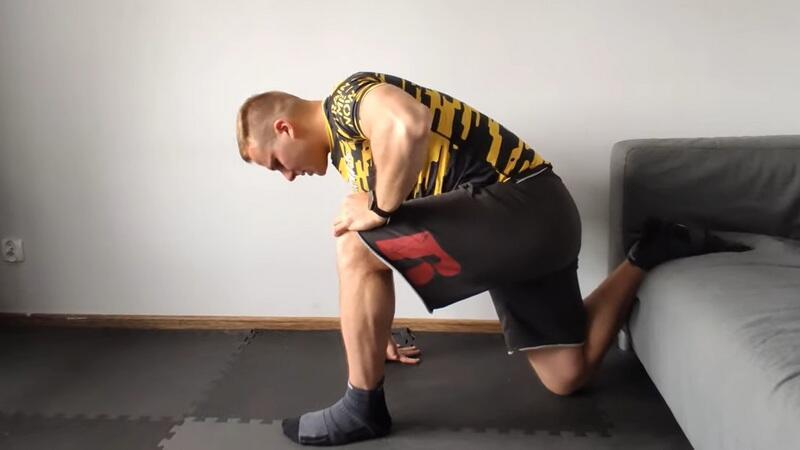 Cezary Dobrzelecki pokazuje jedno z ćwiczeń na rozciąganie
