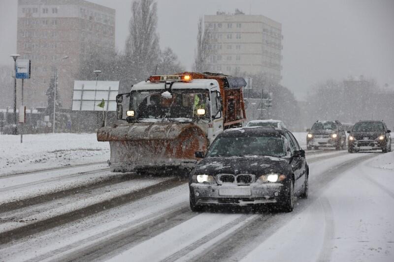 Nocą na gdańskich drogach pracowało 67 pojazdów Akcji Zima, na bieżąco monitorowana jest działalność komunikacji zbiorowej