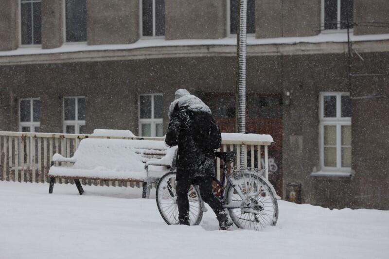 Nie oszukujmy się - rowerzyści i piesi po tak intensywnym opadzie śniegu mają ciężej niż kierowcy, którzy korzystają z odśnieżonych już ważniejszych dróg. Na wielu chodnikach leży jeszcze gruba pokrywa kopiastego śniegu