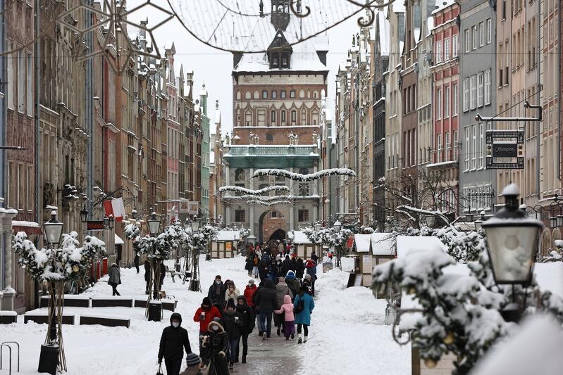To naprawdę rzadki widok. Piękna ulica Długa jest naprawdę nie tylko długa, ale i szeroka - to najbardziej znany deptak w mieście. Obfite opady śniegu sprawiły, że po oczyszczeniu nawierzchni ze śniegu, piesi mają do dyspozycji szerokość typowego chodnika