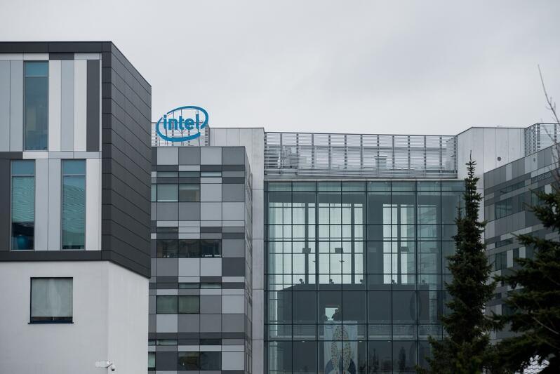 Siedziba Intel R&D Center w Gdańsku (centrum badawczo rozwojowe) mieści się w pobliżu portu lotniczego, przy ul. Słowackiego