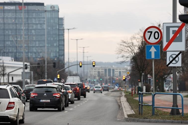 Miasto przygląda się obecnie pracom prowadzonym w Ministerstwie Infrastruktury w zakresie zmian w przepisach ujednolicających dopuszczalną prędkość pojazdów w obszarze zabudowanym do 50 km/h, zarówno w dzień jak i w nocy