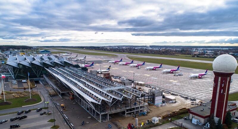 Widok na rozbudowę terminala T2 o pirs zachodni, stan na grudzień 2020