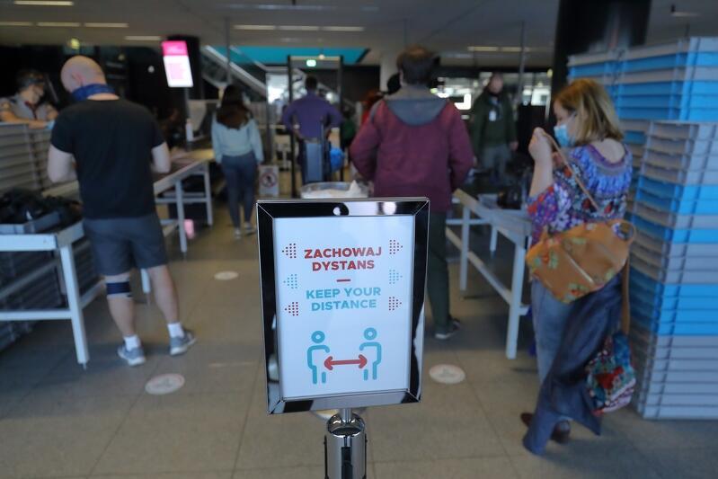 Po wznowieniu lotów po czasowym całkowitym lockdownie, każdy port lotniczy wprowadzić musiał rygor sanitarny obsługi pasażerów - 29 maja 2020 w Porcie Lotniczym Gdańsk