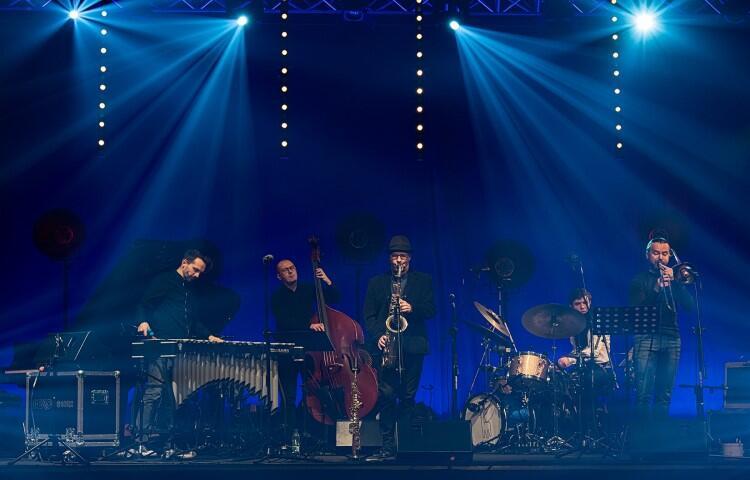 Artyści jazzowi na scenie podczas koncertu