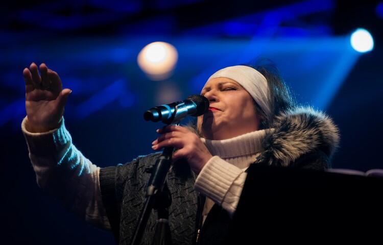 Grażyna Łobaszewska, artystka podczas występu na scenie