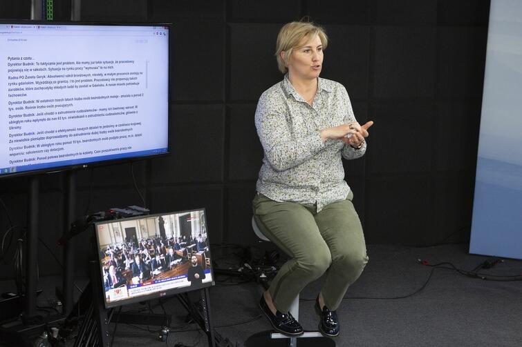 W portalu miejskim www.gdansk.pl od kilku lat transmitujemy na żywo przebieg sesji Rady Miasta Gdańska. Sesje te na bieżąco są tłumaczone przez tłumaczy migowych