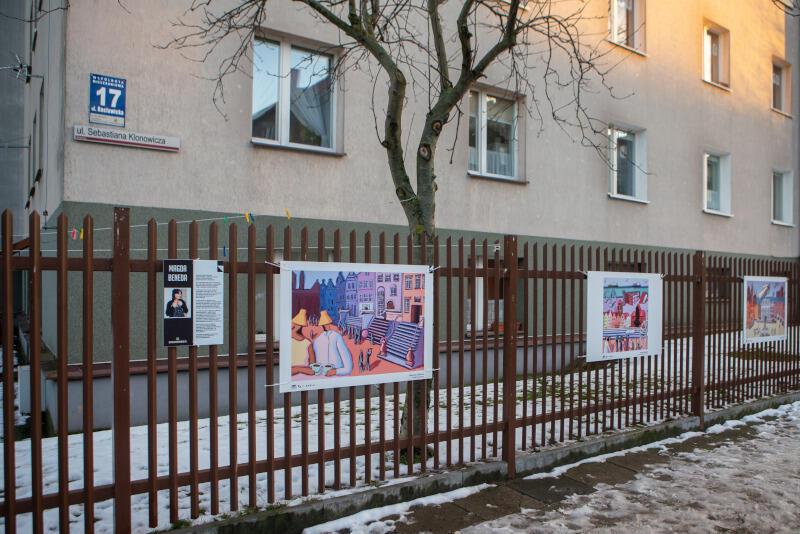 """""""21xGdańsk"""" - nowa wystawa przygotowana przez Windę GAK. Prace zawisły na płocie przy ulicy Klonowicza"""