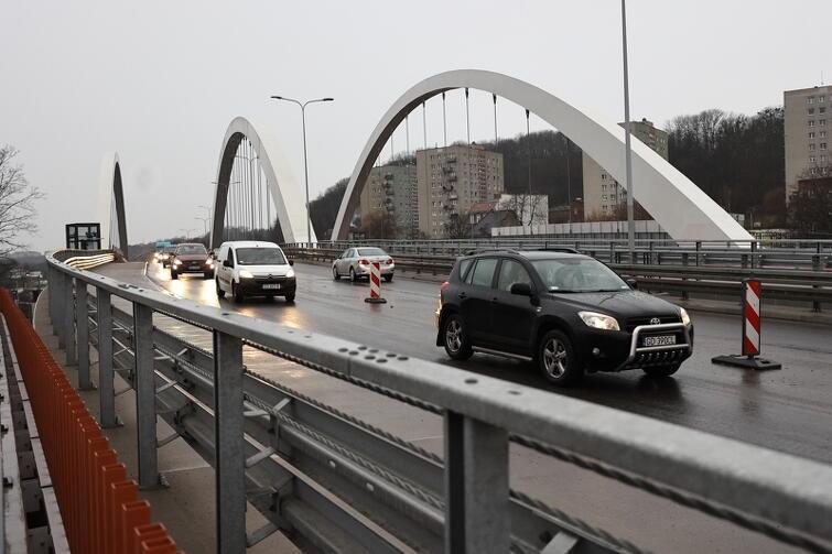 W najbliższych tygodniach do dyspozycji kierowców udostępnione będą po dwa pasy na każdej z nitek wiaduktu. Niedostępne będą jeszcze planowane na obiekcie buspasy