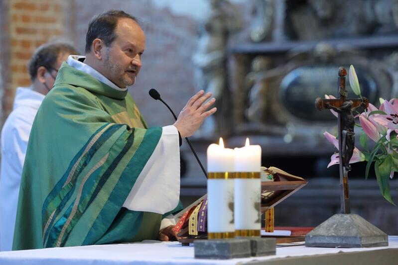 Msza św. w kościele św. Jana w Gdańsku. Nz. ks. Krzysztof Niedałtowski