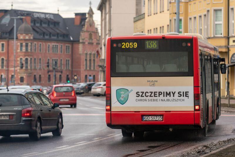 Kampania promująca szczepienia na pojazdach komunikacji miejskiej