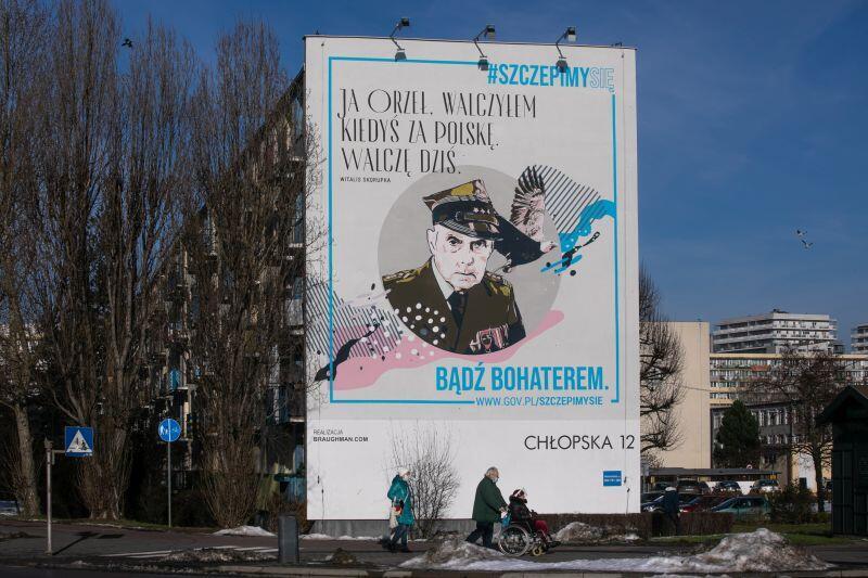 Mural z żołnierzem AK znajduje się na ścianie szczytowej bloku i jest widoczny od strony skrzyżowania ul. Chłopskiej i Kołobrzeskiej