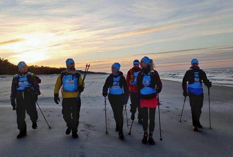 Uczestnicy szli brzegiem morza w trudnych zimowych warunkach