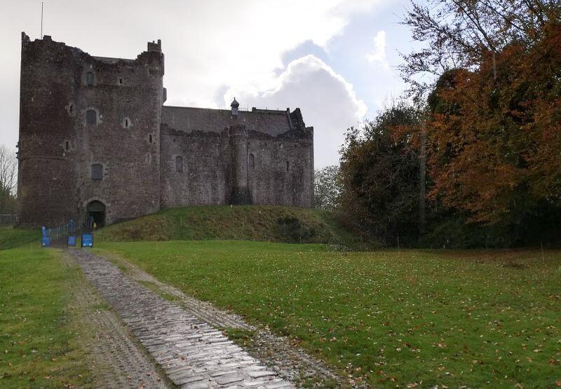 Zamek Doune jest jednym z najlepiej zachowanych zamków w Szkocji a jego wnętrze zostało wykorzystane w serialu Gra o Tron