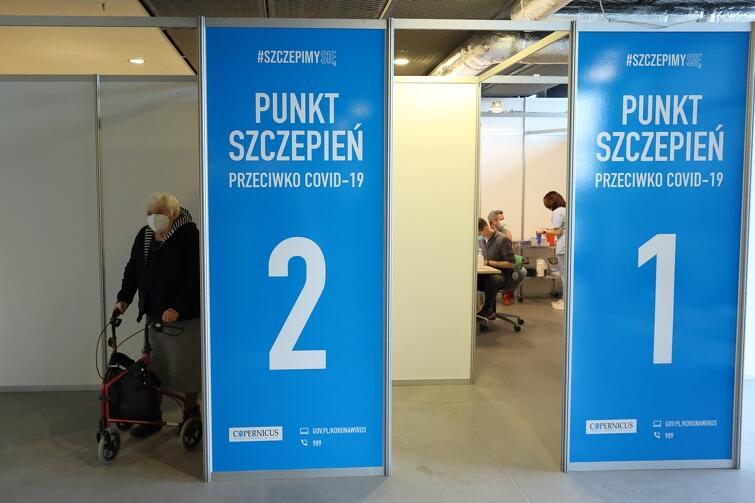 Punkt szczepień w szpitalu tymczasowym w Amber Expo w Gdańsku pracuje siedem dni w tygodniu od godz. 8 do 20