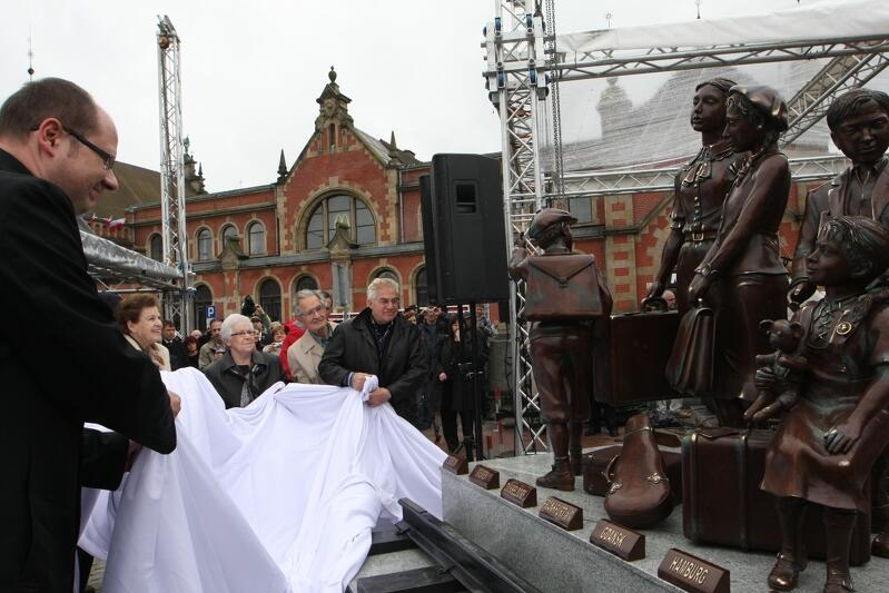 Maj 2009 roku. Prezydent Paweł Adamowicz i Frank Meisler (ostatni z prawej) odsłaniają gdański pomnik na 70-lecie pierwszych kindertransportów