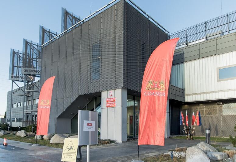 Budynek AmberExpo znajduje się w Letnicy, w pobliżu Gdańsk Arena Stadionu. Jest to miejsce, gdzie można bardzo łatwo dojechać samochodem, ze względu na dobre połączenia drogowe. Obok AmberExpo znajduje się też duży parking, gdzie bez problemu można zostawić auto - bezpłatne jest pierwsze 30 minut plus 10 minut na dojście. Planowany czas na załatwienie umówionej wizyty w nowym ZOM-ie to 20 minut