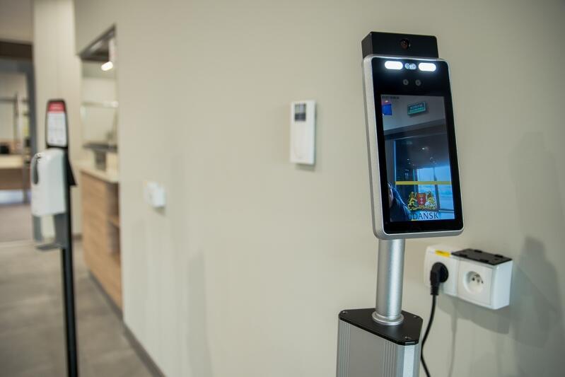 Kto wchodzi do nowej siedziby Wydziału Komunikacji - musi zmierzyć sobie temperaturę przy pomocy specjalnego laserowego termometru. Osoby z gorączką nie będą wpuszczane ze względów bezpieczeństwa epidemicznego