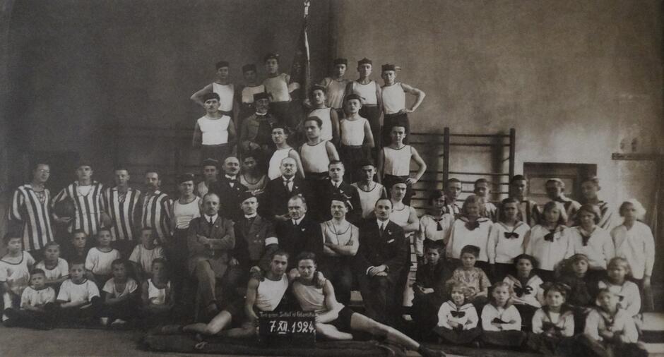 Członkowie gdańskiego gniazda; w pierwszym rzędzie długoletni naczelnik Franciszek Garyantesiewicz (siedzi drugi od lewej, z opaską na ramieniu); po lewej w pasiastych bluzach stoją futboliści; zdjęcie wykonano prawdopodobnie w budynku dawnych koszar we Wrzeszczu; 7 XII 1924