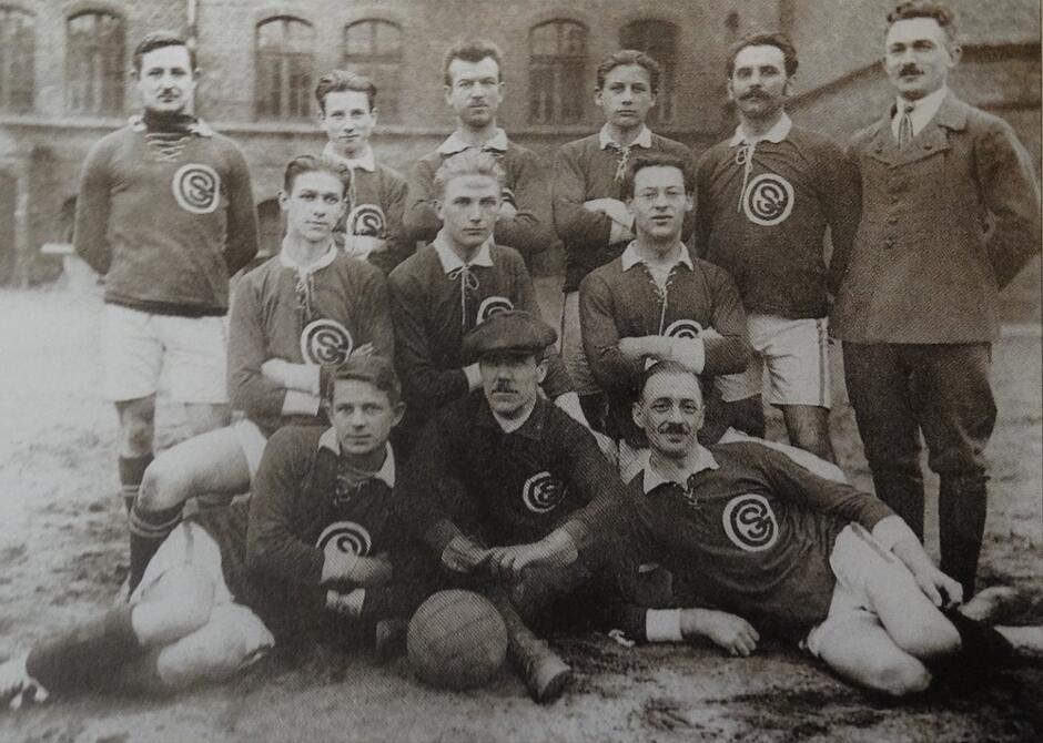 Pierwsza polska drużyna piłkarska w Gdańsku; na koszulkach emblemat z kombinacji liter S i G (Sokół Gdański); lata 1920-1925