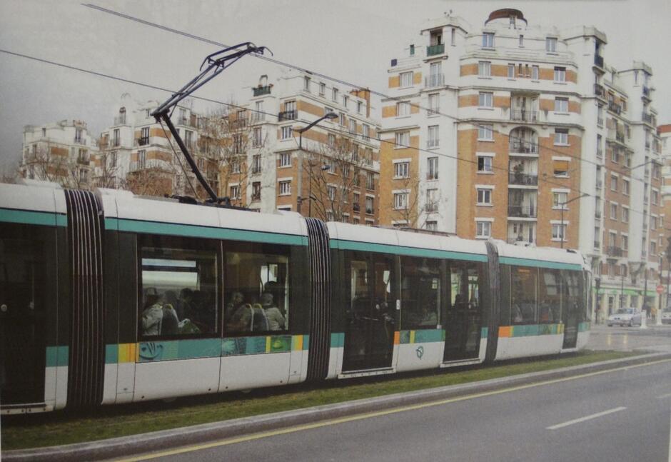 """Tramwaj linii """"3"""" dojeżdża do przystanku """"Dantzig"""" na Boulevaed Lefebvre"""