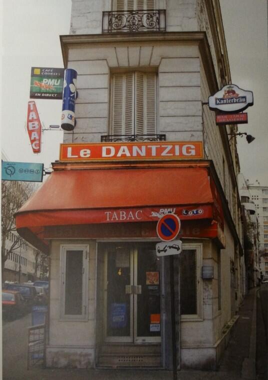 "Restauracja ""Le Dantzig"" stoi u zbiegu rue de Dantzig (po lewej) i Passage de Dantzig (po prawej)"