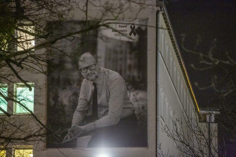 Baner, który zawisł na Urzędzie Miejskim w Gdańsku w druga rocznicę śmierci Pawła Adamowicza
