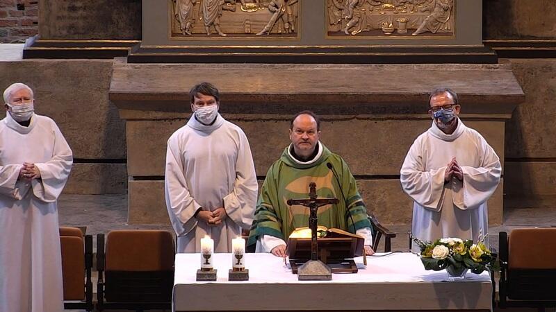 ks. Krzysztof Niedałtowski podczas odprawiania mszy świętej