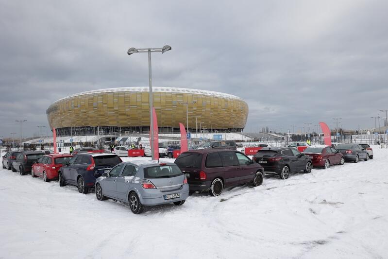 Ściskawa pod Stadionem Gdańsk, na rzecz WOŚP `ścisnęło się` ok 50 samochodów