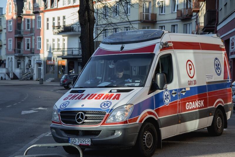 Karetka pogotowia ratunkowego jedzie ulicą